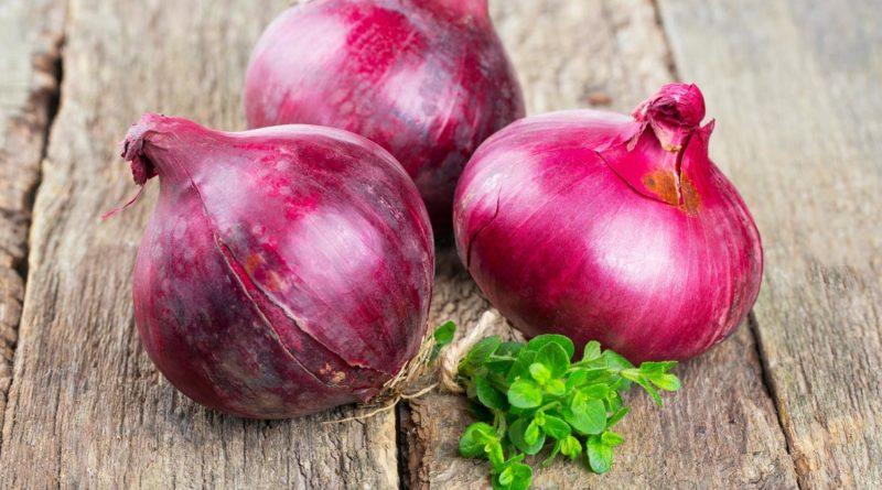 L'acqua di cipolla, un antico rimedio drenante e non solo